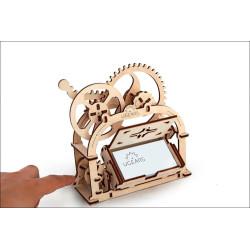 Caja mecánica, en madera contrachapada y goma. Para montar sin cola, Escala 1:32, Marca Ugears, Ref: 70001.