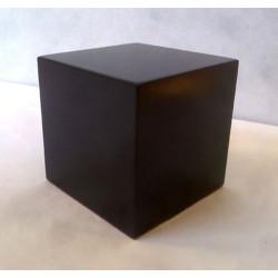 Peana Taco 50 mm altura, Cuadrada 7 x 7 cm , fabricado en MDF lacado en Negro. Tapizado inferior. Marca Peanas.net. Ref: 6004.