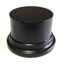 Peana Pedestal 50 mm de altura, parte superior 6,5 cm. Realizado en MDF, lacado Negro. Marca Peanas.net. Ref: 8002N.