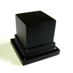 Peana Pedestal 50 mm de altura, parte superior 4 x 4 cm. Realizado en MDF, lacado Negro. Marca Peanas.net. Ref: 8011N.