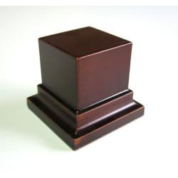 Peana Pedestal 50 mm de altura, parte superior 4 x 4 cm. Realizado en MDF, lacado Avellana. Marca Peanas.net. Ref: 8011A.