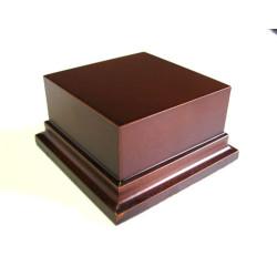 Peana Pedestal 50 mm de altura, parte superior 8 x 8 cm. Realizado en MDF, lacado Avellana. Marca Peanas.net. Ref: 8013A.